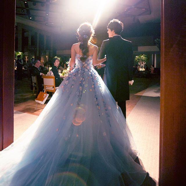 weddingreport29  お色直し入場。 ドレスの全体が写っていてお気に入りです☺️ この頃になると、すっかり緊張も解けてノリノリで入っていけました  #wedding#weddingdress #カラードレス#ウェディングドレス#桂由美#katsurayumi #parkhyatttokyo #お色直し#ボールルーム#チュールドレス#卒花