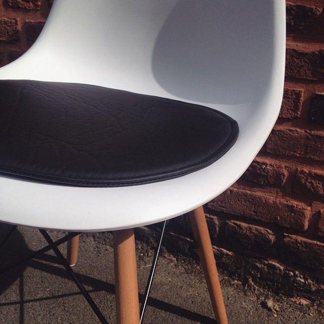 coussin pour chaise eames prot ge et rend la chaise encore plus confortable http www m l. Black Bedroom Furniture Sets. Home Design Ideas