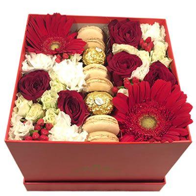 Цветы и макаруны в коробке с бесплатной доставкой в Москве http://www.dostavka-tsvetov.com/cvety-i-makaruny-v-korobke/tsvety-i-konfety-v-korobke