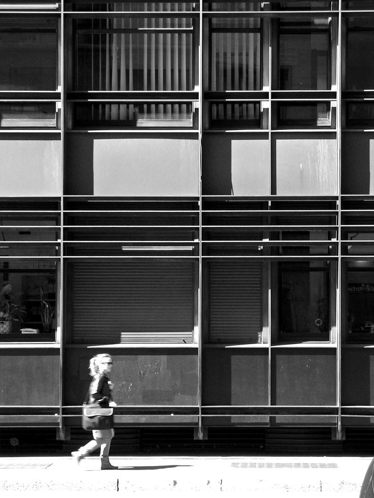 Dettaglio della controfacciata metallica dell'edificio per abitazioni e uffici in via Leopardi 1 (1966-1967) dello Studio BR di Marco Bacigalupo e Ugo Ratti (foto di Alessandro Sartori). #Milano, #Architettura, #Recupero, #Bacigalupo, #Ratti, #StudioBR