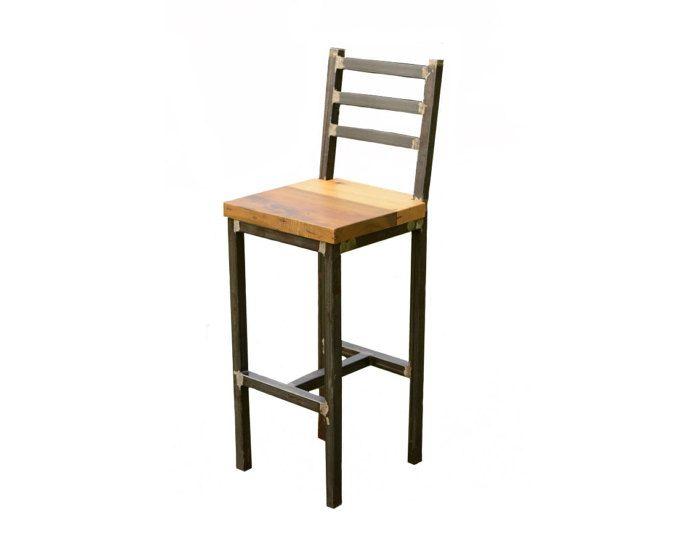 Este taburete está hecho de madera reciclada de granero y un marco soldado con autógena. El taburete de bar en la imagen tiene una altura de asiento de 30 pulgadas. Alturas de asiento de 18 y 25 pulgadas están disponibles. Los asientos son de 15 pulgadas por 15 pulgadas. Esta pieza está hecha de roble con una mano de nogal antiguo acabado al aceite. El acero está recubierto con un inhibidor de óxido claro.  Otros acabados están disponibles bajo petición.  Ninguna Asamblea requerida.  Póngase…