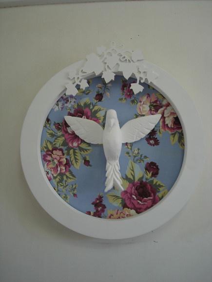 Facebook  15     Quadro Espírito Santo com fundo em tecido floral e arabesco de folhas.