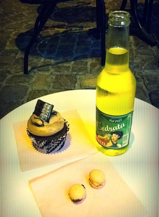 Cupcake, Cedrata e Macarons. #tassonimonamour