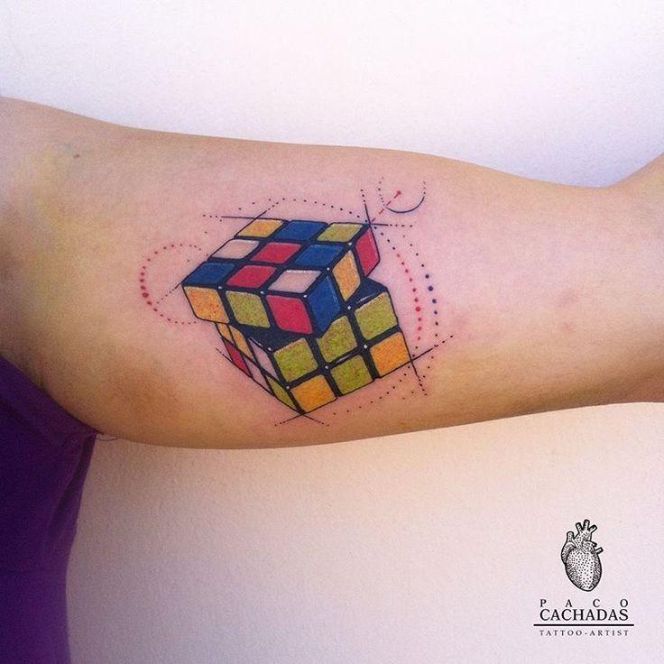 Cubo de rubik.  #tattoosofinstagram #tattoospain #pacocachadas #cubo #rubikcube #rubikcubetattoo #tatuaje #tattoo #ink #color #colourtattoo #pacocachadastattoo #tattoooftheday #design #cuboderubik #art #tattoolovers #tattoomurcia