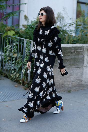 Street Style PFW by LeoFaria @streetstylemood vestido estampado, bota colorida, vestido cisne, óculos branco, street style, leofaria, street style mood, fashion, moda, style, Paris Fashion Week