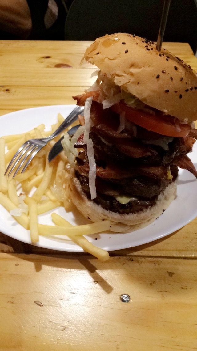 Hambúrguer + muito bacon 🍔