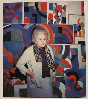 Sonia Delaunay et son mari Robert créent en 1911 l'orphisme, un mouvement pictural caractérisé par l'utilisation de couleurs vives et de formes géométriques. eElle se lance également dans la création d'objets décoratifs selon les mêmes principes de couleurs et de géométrie. En 1964, elle est exposée au Louvre et devient la première femme à avoir eu une telle rétrospective de son vivant. Elle est nommée Officier de la Légion d'Honneur en 1975. Le Centre Pompidou dispose de 2000 œuvres.