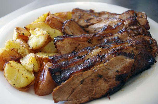 Cosciotto d'agnello al forno con patate - Piatto tipico del pranzo di Pasqua, il cosciotto d'agnello al forno con patate è una delle grandi ricette delle tradizione - Parliamo di Cucina