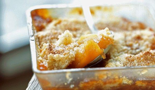 On vous offre une recette du crumble aux pommes et caramel au beurre salé. Un excellent dessert gourmand et croquant.