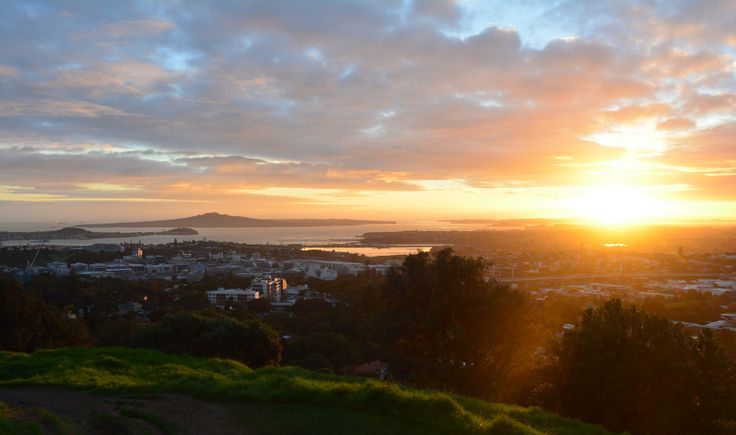 A splendid sunrise, watched from ontop of Mt Eden.    https://www.life-downunder.com/single-post/2017/04/29/Sunrise-and-Dear-Jervois