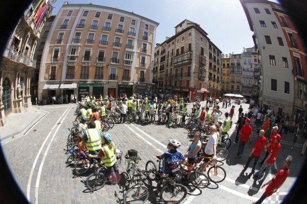 Circular por el carril bici podría suponer respirar la mitad de contaminación que por la calzada - El proyecto Life+Respira, que impulsa la Universidad de Navarra, estudia la calidad del aire que respiran peatones y ciclistas en Pamplona Pamplona, 29 de