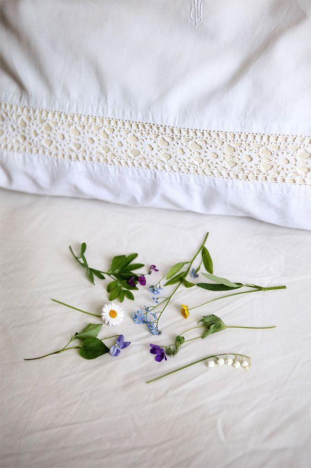 Sju sorters blommor lägges under kudden midsommar natt och den man drömmer om kommer du att gifta dig med..