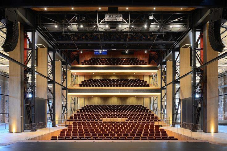 In een oude industriële hal in Den Helder heeft Van Dongen–Koschuch Architects een theater ontworpen met volledig glazen wanden.