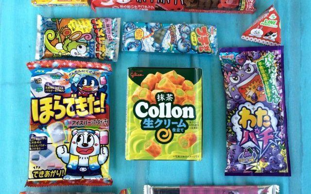Cosa contiene una Japan Candy Box? Come si compra? Una scatola misteriosa arriva ogni mese direttamente a casa vostra, colma di delizie giapponesi selezionate da un team di esperti, tutte da assaggiare e regalare. Snack e dolci colorati, curiosi, ir #giappone #caramelle #kawaii #regali