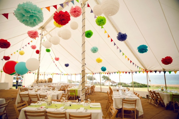 Pompones y farolillos de colores para decorar una carpa {Foto, Días de vino y rosas fotografía} #weddingdecoration #decoracionbodas #tendenciasdebodas