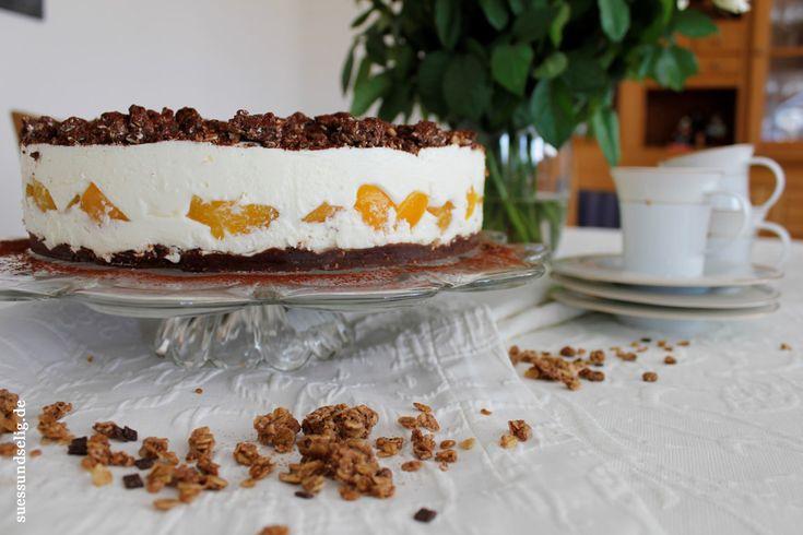Schmandtorte mit Cornflakes-Schoko-Boden und Aprikosen