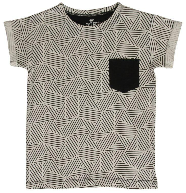 Witte jongens tshirt van het kinderkleding merk Hust & Claire.  De witte tshirt heeft een retro print van zwarte strepen en is voorzien van een korte mouw en een ronde hals. De shirt heeft ook een zwart borstzakje.