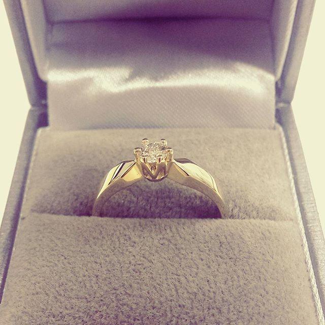 Klasyczny pierścionek zaręczynowy z żółtego złota z brylantem - kolekcja GESELLE Jubiler