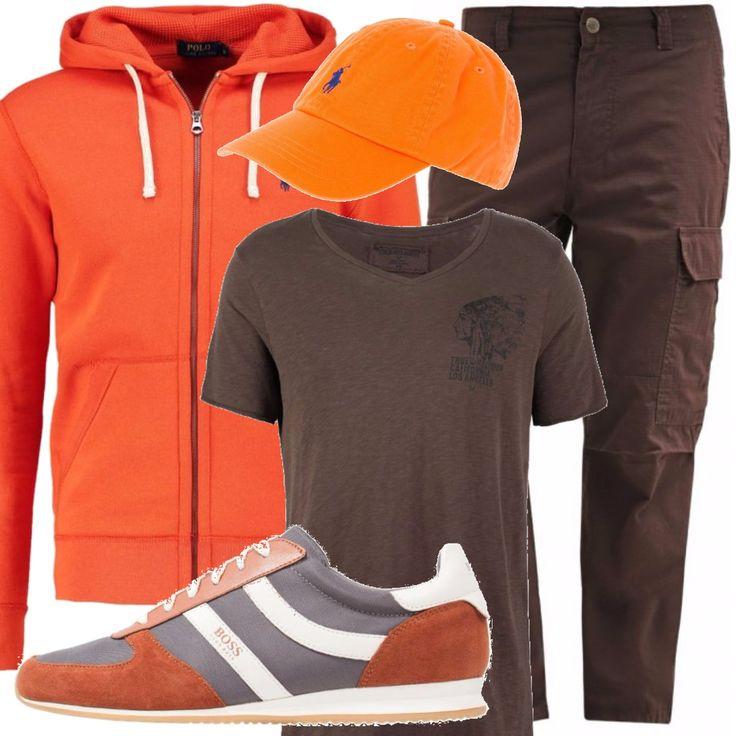 Nelle tonalità delle foglie autunnali la felpa con cappuccio arancio, indossata su pantaloni cargo e una t-shirt marrone, scarpe sneakers in camoscio. A completare il tutto un cappellino sempre arancione.