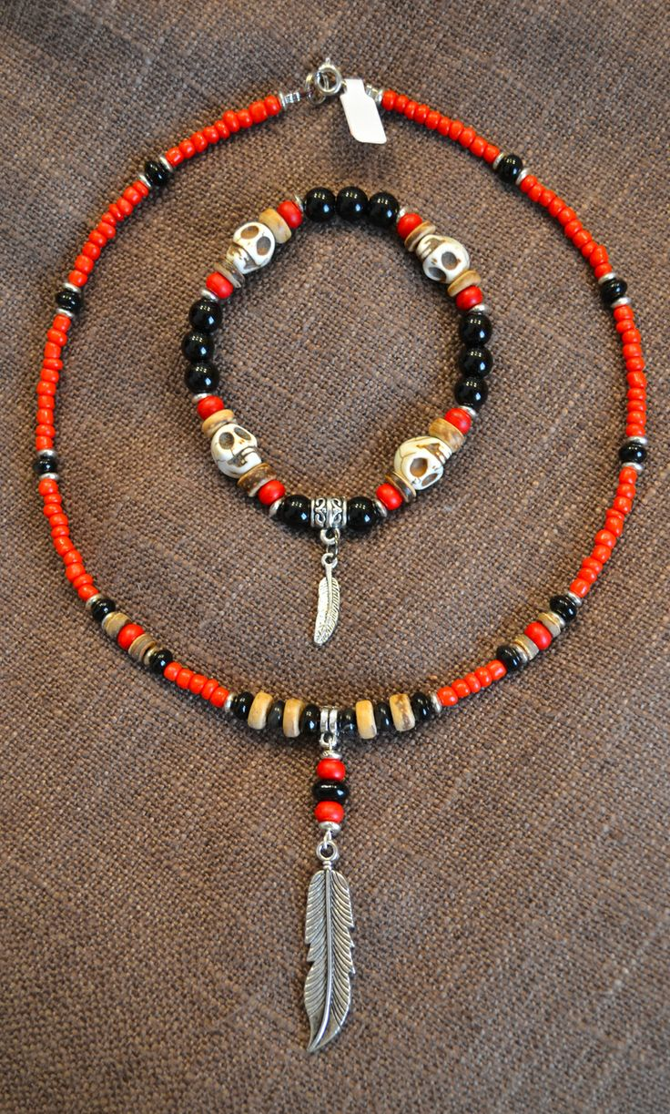 Collana e Bracciale in stile Nativo Americano con Perle Rosse e Nere, Teschietti in Pietra color Avorio e Piume in Argento Tibetano