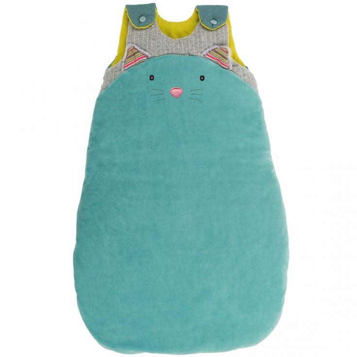 La gigoteuse chat bleu Les Pachatspar Moulin Roty est moelleuse et en forme de gros chat, pour veiller sur le sommeil de bébé.