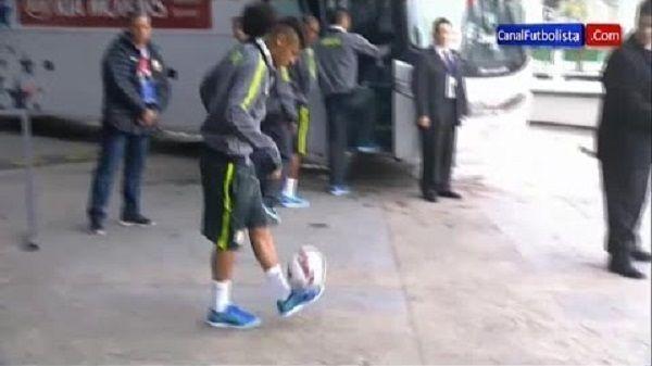 Brazylijczyk po żonglerce kopnął futbolówkę do kibiców • Neymar przypadkowo trafił chłopaka piłką w głowę • Wejdź i zobacz filmik >> #neymar #football #soccer #sports #pilkanozna