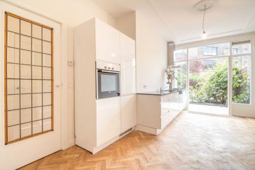 compleet nieuwe en luxe hoogglans witte keuken inclusief gas kookplaat, oven, koel/vries combinatie, vaatwasser en een granieten werkblad