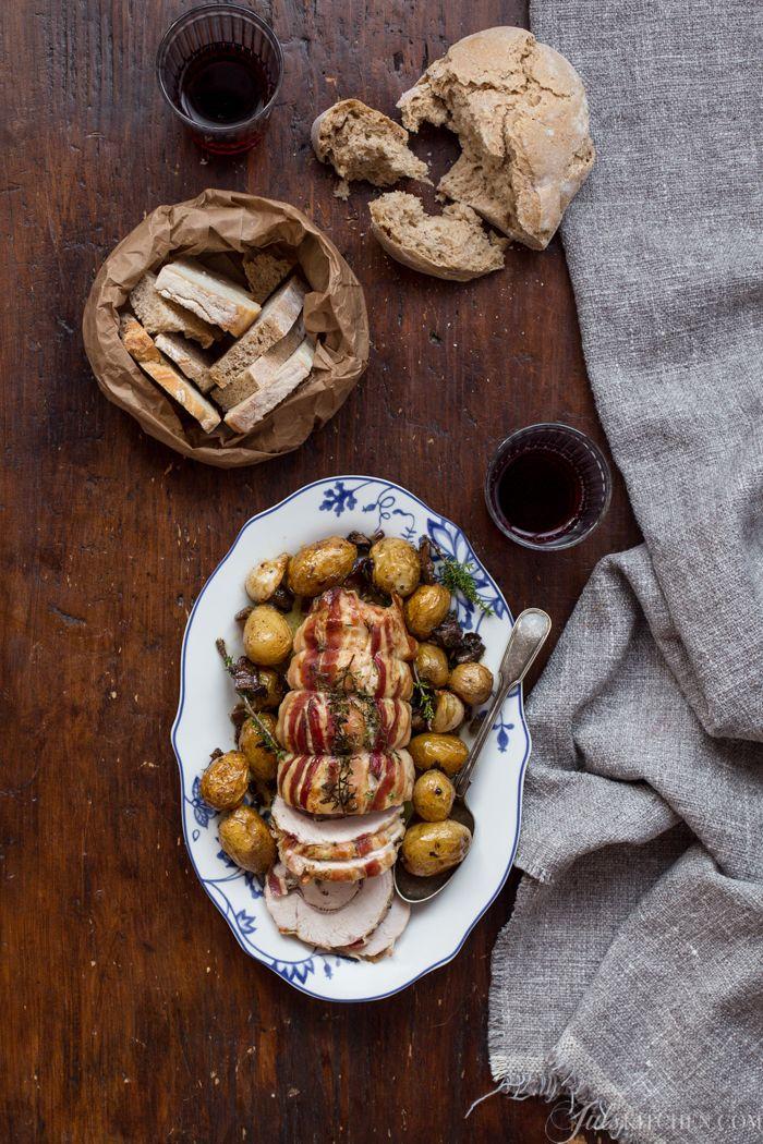 Accogliete l'autunno in cucina con questo arrosto di tacchino ai funghi, profumato di nepitella r timo fresco e accompagnato da patate novelle arrosto...