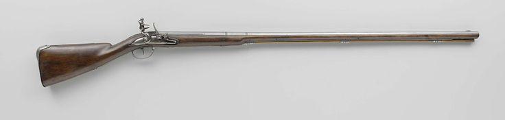 Jan van Walsen | Vuursteenjachtgeweer, Jan van Walsen, Paulus van Walsen, c. 1690 | De slotplaat is gesigneerd. De loop is onderop gestempeld met Pi binnen een bekroond schild en voorzien van een geelkoperen vizierkorrel. De kolf is eenvoudig gesneden. Het ijzeren beslag bestaat uit drie laadstokkokers, een accoladevormige schroefplaat, een duimplaat met gebeiteld lofwerk aan onder- en bovenkant en een kolfplaat gestempeld N45 en met de inscripties ZO (20) en N7; de laadstokkoker heeft een…