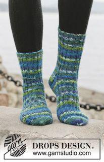 """Sweet in Stripes - Strikkede DROPS sokker i """"Fabel"""" med vrangbord. Str 15 - 46. - Free pattern by DROPS Design"""