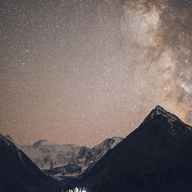 """Это ли не прекрасно? 😊 ====> @sunnmy ・・・ """"... небо на Алтае невероятное, поднимаешь глаза и тонешь в миллионах звезд, это красиво до слез! А представьте, что вы сидите у вечернего костра, искры от огня летят в небо, и силуэты елей чернеют на фоне, а над головой четко виден Млечный Путь и бессчетное множество созвездий 💫 ..."""" Более подробно с постом Вы можете ознакомиться на странице автора😉  Magic Altay skies 💫 ・・・ #Россия #путешествие #Сибирь #ялюблюсибирь #фото #фотограф #Алтай…"""