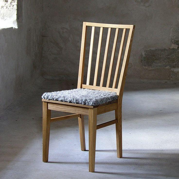 Fröjel stol från GAD finns i björk eller ek med träsits eller klädd sits. Klädd sits kan fås med tyg, läder eller lammskinn. Det går även att få lös dyna i lammskinn, läder eller tyg som tillval.Klädda möbler från G.A.D går att få i ett stort antal tyger. Kontakta oss för specialbeställning.