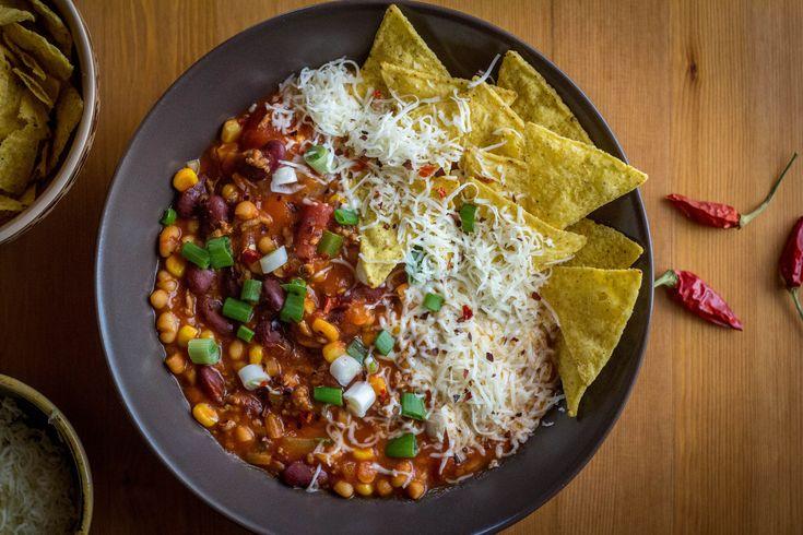 A mexikói chilis babra sokaknak van egy-egy tuti receptje. Én bemutatom az általam kedvelt változatot, ami nem csak könnyedén és gyorsan elkészíthető, hanem roppant ízlésesen tálalható is. És ha ez még nem lenne elég: laktató, finom és értékes rostokban gazdag fogás.    Alapanyagok (6…