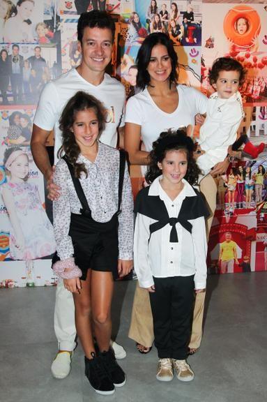 Rodrigo Faro desfila com Vera Viel e suas três filhas