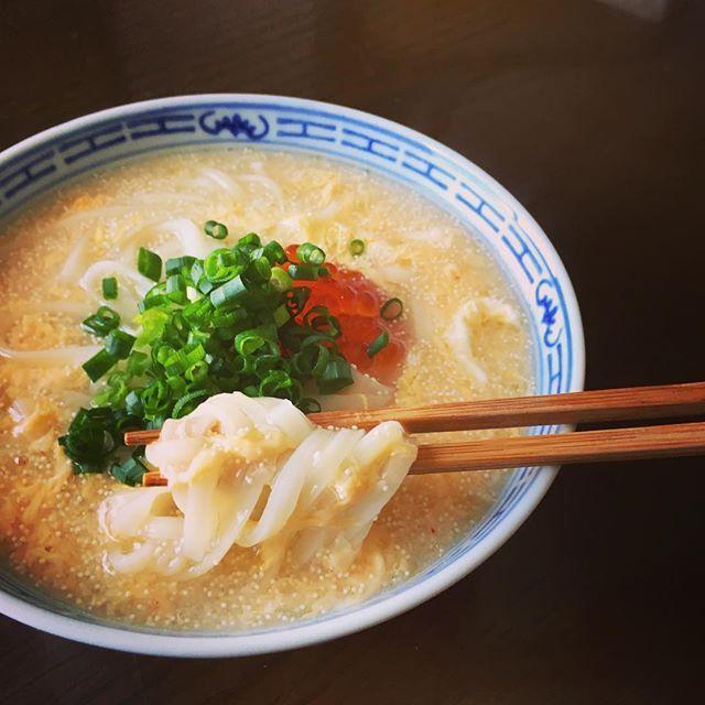 お正月の買い物にまだ行けていない。ストックだけでなんとか昼ごはん。明太子稲庭うどん。 ふーみん風に今日は中華スープで仕上げにごま油をひとたらし。明太子、鶏卵、クリスマスの残りのイクラで卵揃い踏み。 #稲庭うどん #明太子うどん #簡単ごはん #手抜きごはん  #魚卵マニア #痛風注意