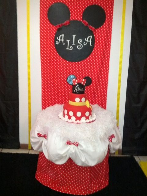 Minnie Mouse cake table