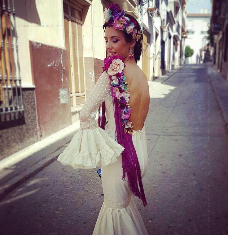 #FLAMENCAPERFECTA.  Imposible estar más guapa que María, con su maxi #hombrera de #flores #buganvilla, #rosabebé #turquesa y toquecitos de #azulklein sobre hojas #doradas, con ese #fleco buganvilla tan espectacular y con su #corona a juego con la hombrera.  Y si esto os sorprende, esperad a ver las fotos de ella de frente.  #Pendientes personalizados también de #Gardenia.  #flamencagardenia #perfecta #flamencasgardenia #flamenca #feria #cuevasdesanmarcos #Málaga #malaga #feria2016 #beis…