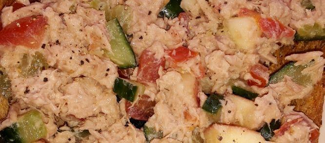 Tonijnsalade met appel Ik heb in een brasserie gewerkt waar we deze salade op brood serveerden. Ik was hier zo enthousiast over dat ik het vaak maak , voor op een stokbroodje of...