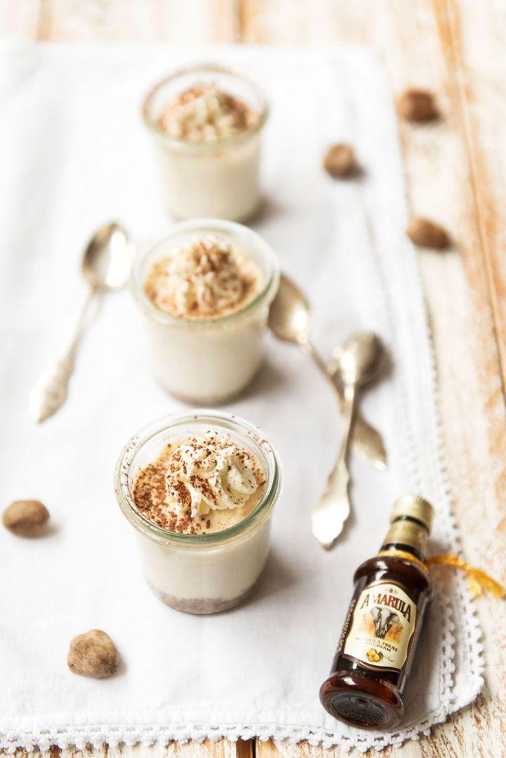 Zutaten für 3 kleine Gläser:: 30 g Kekse (z. B. Hobbits) 15 g geschmolzene Butter 100 ml Schlagsahne + ein wenig extra zur Deko 2 EL Amarula 100 g Frischkäse...