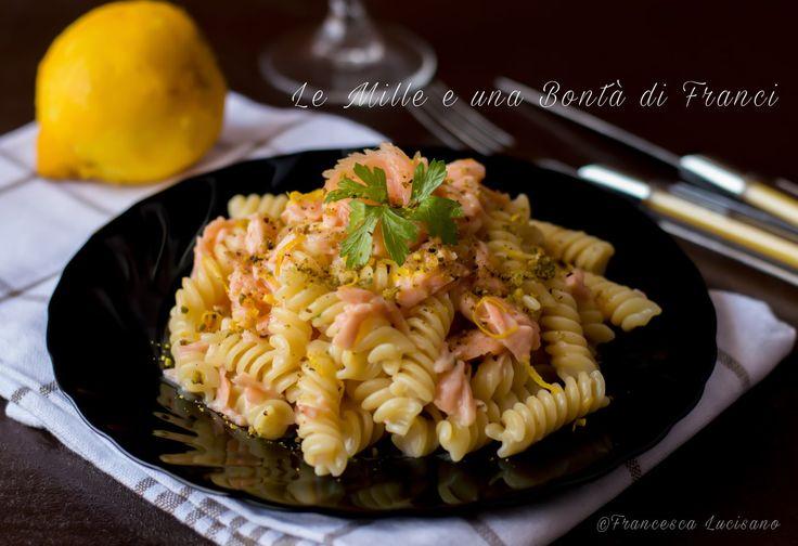 Fusilli+cremosi+con+salmone+e+granella+di+pistacchio