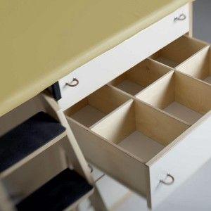 All'interno dei cassetti del fasciatoio ogni bambino dispone di uno scompartimento individuale per gli indumenti di ricambio