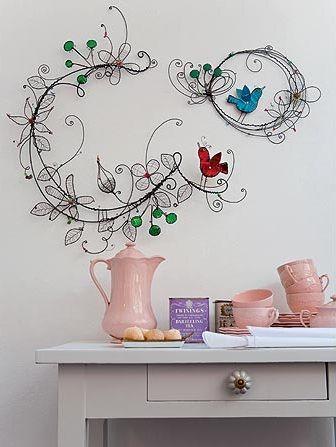 Pássaros é o nome das guirlandas feitas pela artista Ana Moraes, feitas com arames de diferentes espessuras e latas.     [Revista Casa e Jardim]