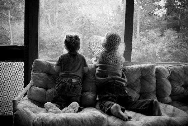 Девочка и мальчик смотрят в окно