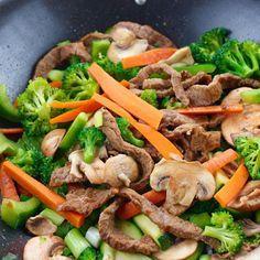 Este wok de ternera con verduras es ligero y sabroso. Está listo en pocos minutos y puede prepararse también con carnes a tu gusto, cerdo, pavo o pollo.