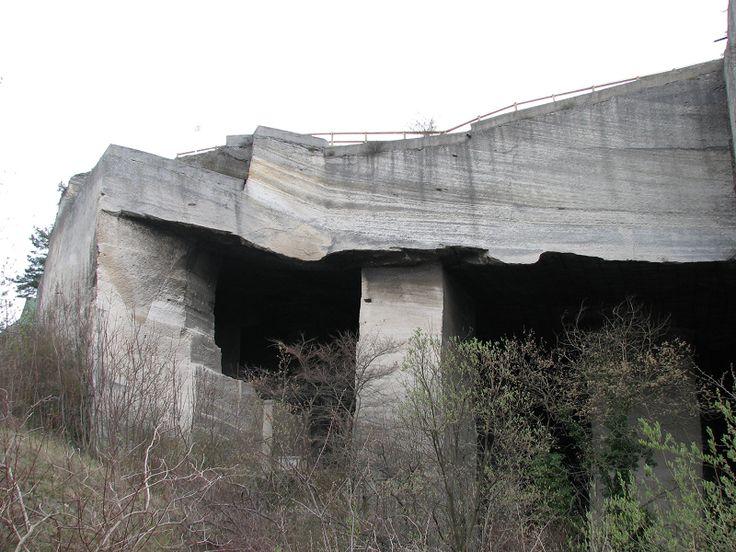 Az ember évszázadokon át bányászta az értékesebb részeket, és hagyta meg a lazább rétegeket, amelyek mint hatalmas mennyezet borulnak a megmaradt oszlopokra...  ...a Fertőrákosi Kőfejtőben.  #latnivalok #fertorakos #turabazis  http://turabazis.hu/latnivalok_ismerteto_699