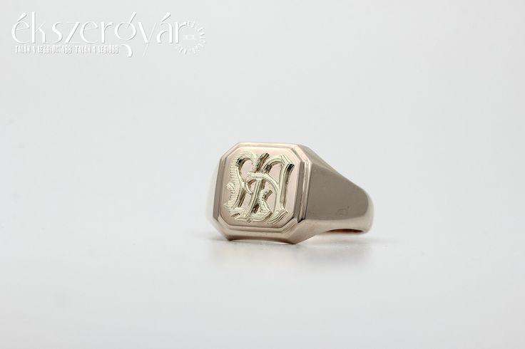Sárga-arany rátett monogramos vésett pecsétgyűrű. www.ekszergyar.hu/keszites levelek@ekszergyar.hu