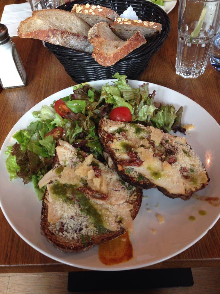 Tartines houmous et tomates sechées