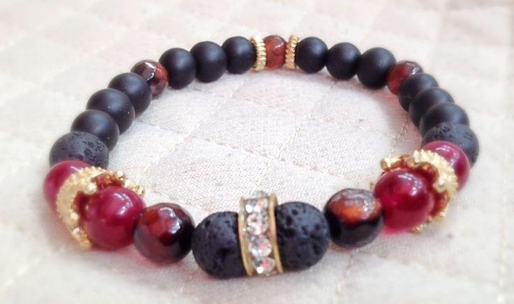 Enlaces Pulsera realizada en colores cereza, tabaco, negro y dorado. Las ágatas en rojo enmarcan cada corona como un hogar y sus habitantes.