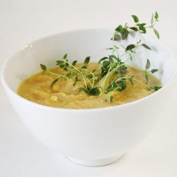 Vegetarisk ärtsoppa. Veg Soup. Translate from Swedish.  0.5 kg peas, yellow dried 1.5 l water 2 onion (s) 10 cm leek (s) 2 cm ginger, slice 1 teaspoon thyme 1 teaspoon marjoram 2 vegetable broth salt