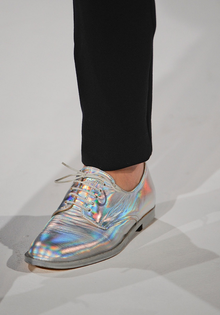 HOLOGRAM SHOES!!! hussein chalayan